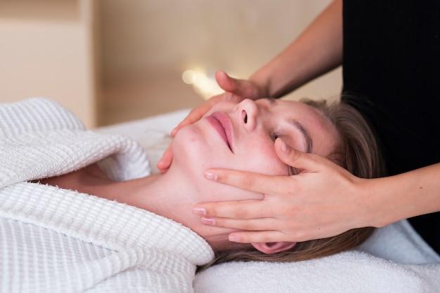 Close-up girl recibiendo un tratamiento facial