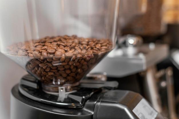 Close-up de granos de café en la máquina de café