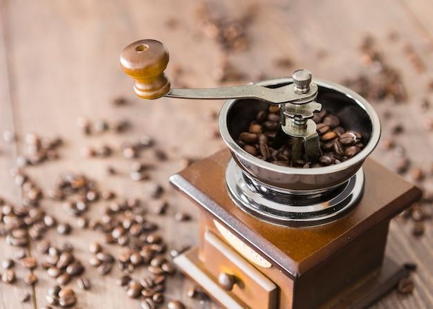 Close-up de granos de café con molinillo