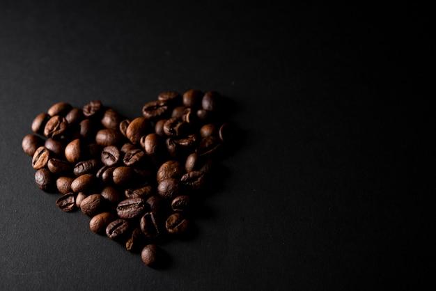 Close-up granos de café tostados en forma de corazón