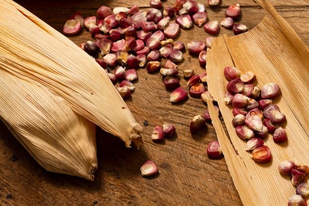 Close-up granos de maíz rojo en la mesa