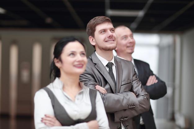 Close up.grupo de empresarios confiados en el fondo de la oficina