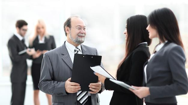Close up.grupo de gente de negocios de pie en el vestíbulo de la oficina.foto con espacio de copia