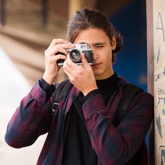 Close-up guapo tomando una foto