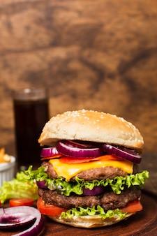 Close-up de hamburguesa en bandeja de madera
