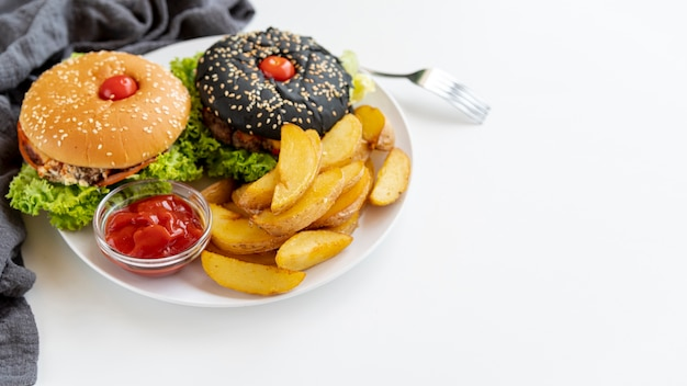 Close-up hamburguesas con papas fritas