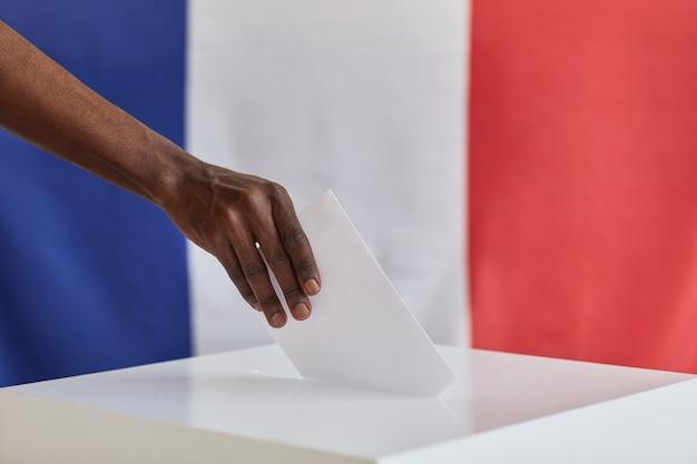 Close-up de hombre africano con sobre votando por nuevo presidente