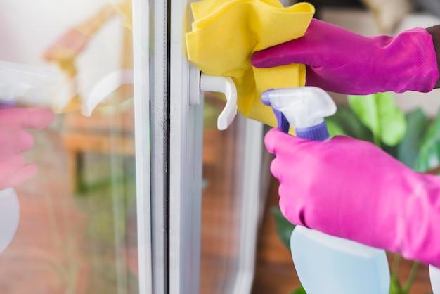 Close-up hombre desinfectando casa