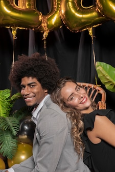 Close-up hombre y mujer sonriendo de lado