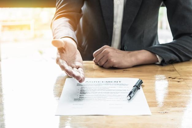 Close up hombre de negocios que espera firmar el acuerdo.
