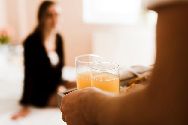 Close-up hombre sirviendo el desayuno a una mujer joven