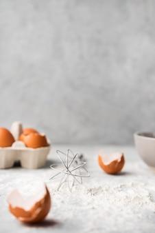 Close-up hornear harina sobre la mesa con huevos