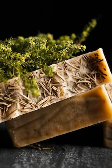 Close-up jabón hecho de albahaca sobre mesa