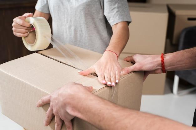 Close-up joven familia preparando cajas de reubicación
