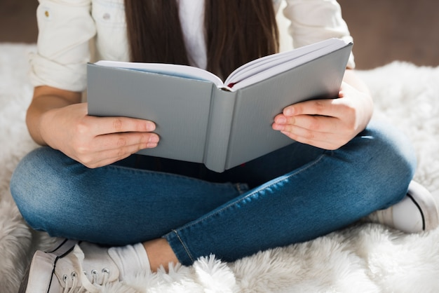 Close-up joven leyendo un libro