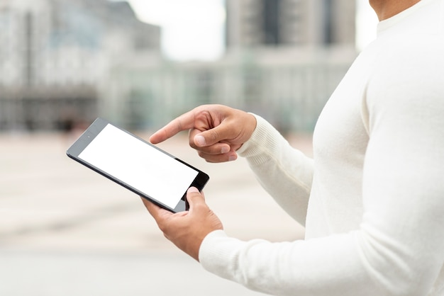 Close-up joven sosteniendo una tableta