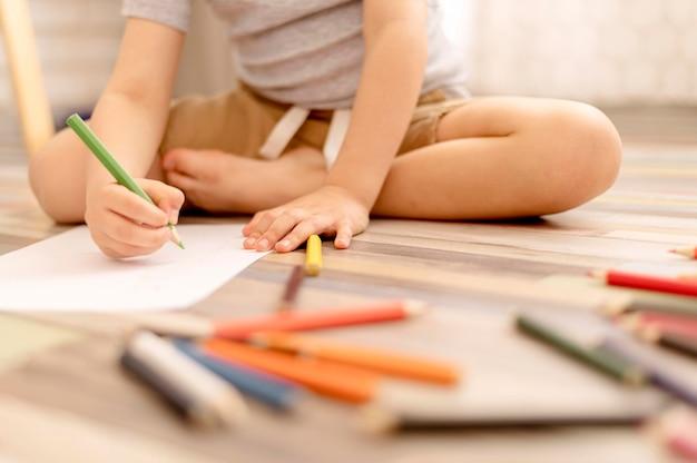 Close-up kid dibujo en el piso