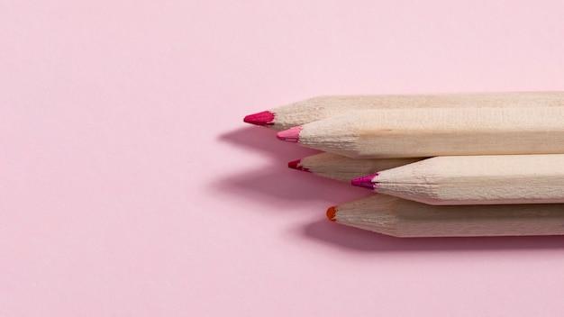 Close-up lápices de colores con espacio de copia
