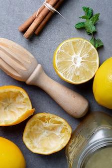 Close-up limonada casera con palitos de canela