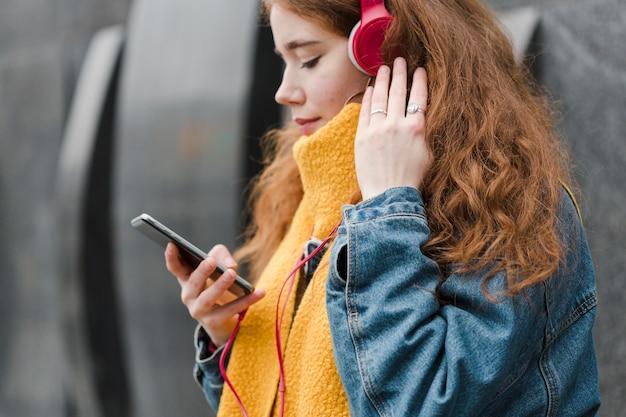 Close-up linda chica joven escuchando música