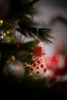Close-up lindo adorno de navidad