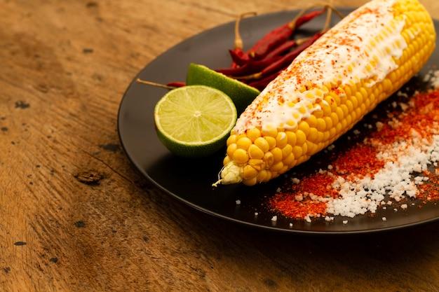 Close-up de maíz con chile en polvo y sal
