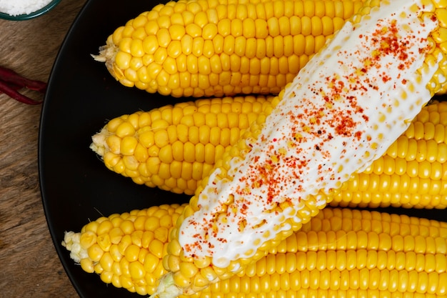 Close-up de maíz hervido con chile en polvo
