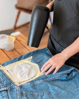 Close-up manos secando pantalones cortos