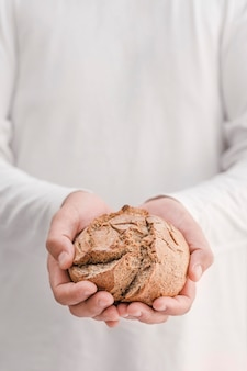 Close-up manos sosteniendo pan