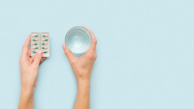 Close-up manos sosteniendo pastillas