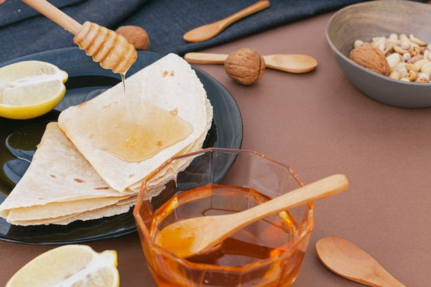 Close-up miel casera con tortillas