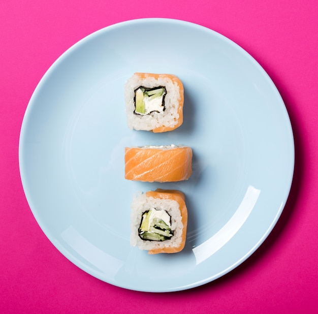 Close-up minimalista sushi rolls en placa