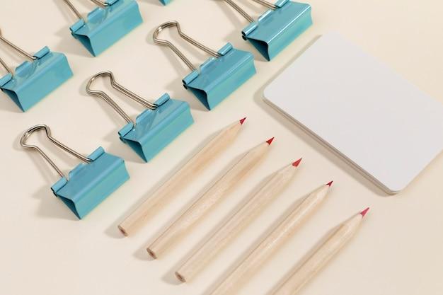 Close-up montón de clips con lápices