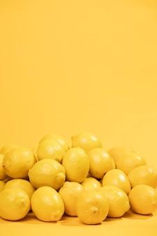 Close-up montón de limones con espacio de copia