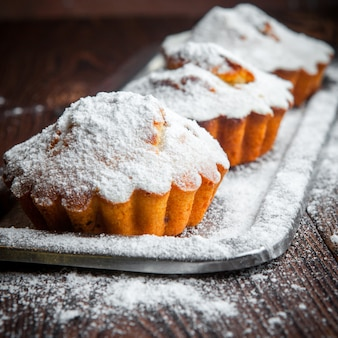 Close-up muffins de frutas caseras en mesa de madera