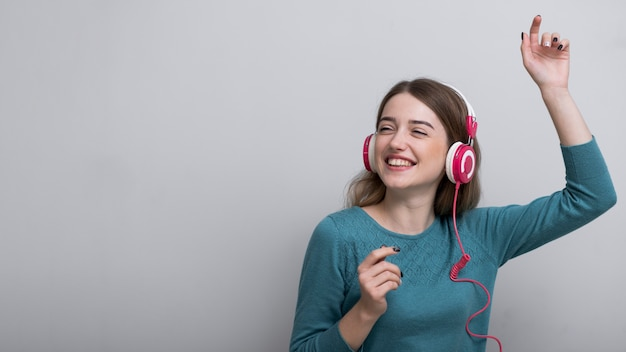 Close-up mujer adulta disfrutando de buena música
