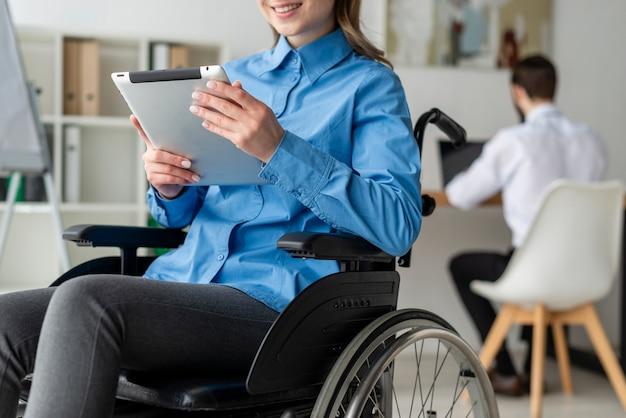 Close-up mujer adulta trabajando en una tableta