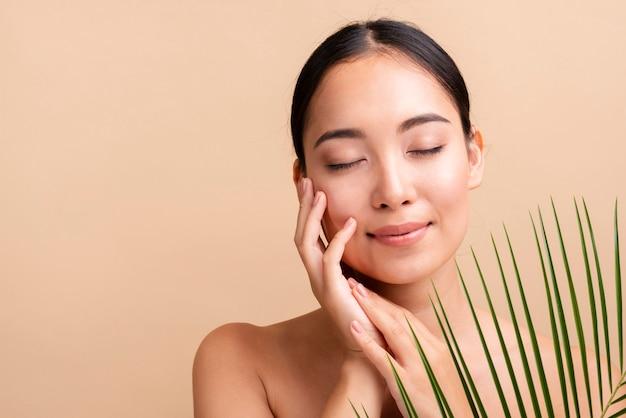 Close-up mujer asiática con hojas
