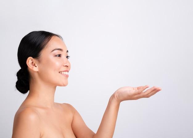 Close-up mujer bonita con sonrisa blanca y espacio de copia