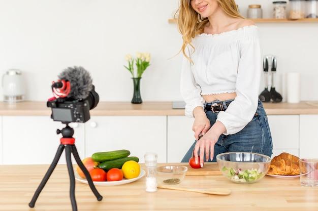 Close-up mujer cocinando en casa