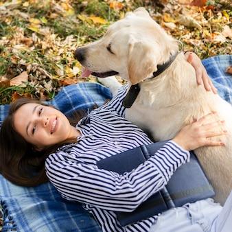 Close-up mujer jugando con su perro