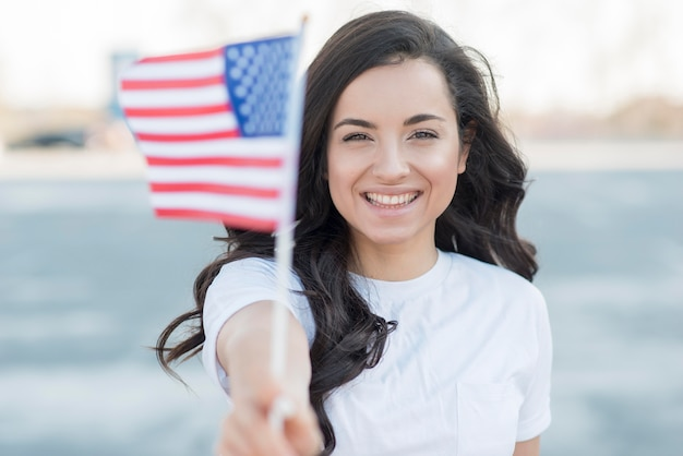 Close-up mujer morena con bandera de estados unidos sonriendo