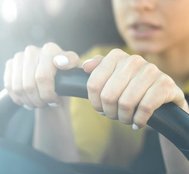 Close-up mujer nerviosa sosteniendo el volante