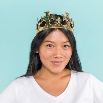 Close-up mujer que llevaba una corona