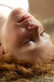 Close-up mujer recostada sobre la espalda