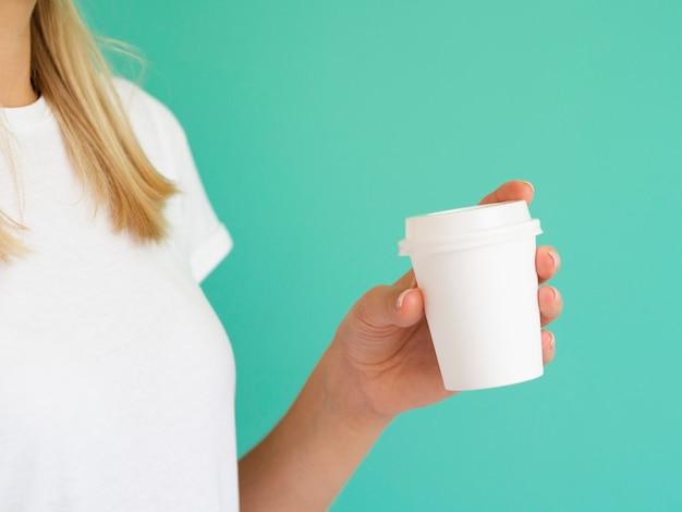 Close-up mujer rubia con taza de café con leche