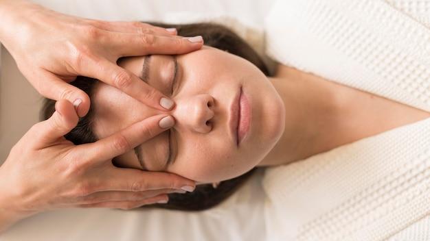 Close-up mujer siendo masajeada
