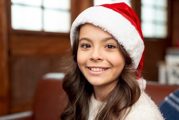Close-up niña sonriente con sombrero de navidad