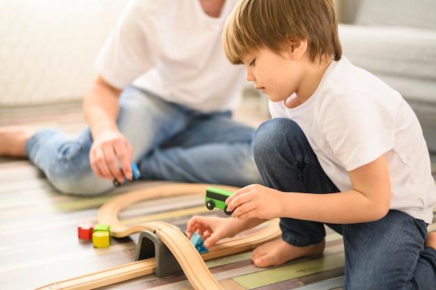 Close-up niño jugando con juguetes
