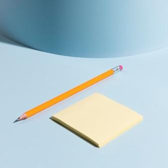 Close-up notas adhesivas y lápiz sobre el escritorio